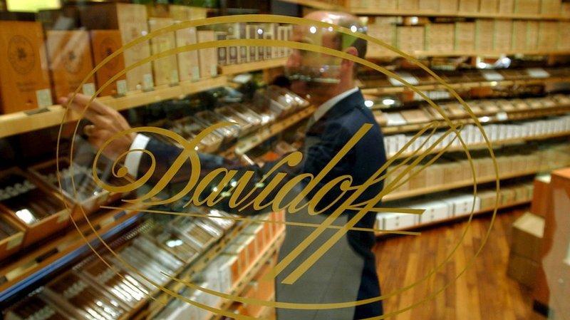 Un client choisit son cigare dans un magasin de Davidoff à Genève.