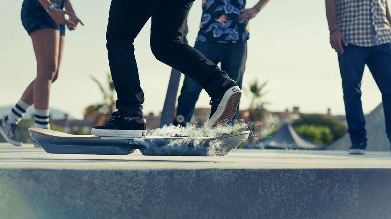"""Le skate volant de Marty McFly dans """"Retour vers le futur"""" existe: l'Hoverboard de Lexus"""